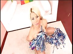 Cheerleader Yeidi cums in her custume
